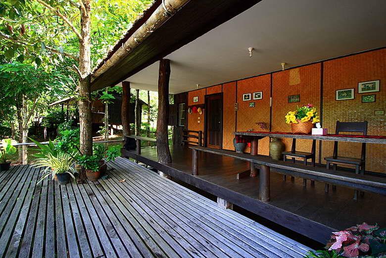 พื้นที่นั่งเล่นหน้าบ้านพักและระเบียงไม้กว้าง - ชัชนาถ วู๊ดแลนด์ รีสอร์ท