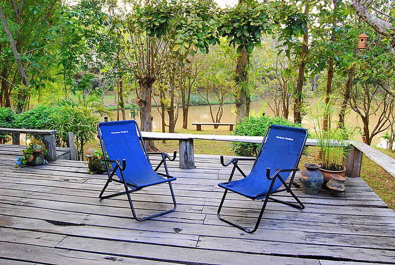 ระเบียงไม้กว้างพร้อมเก้าอี้สำหรับนั่งชิล - ชัชนาถ วู๊ดแลนด์ รีสอร์ท
