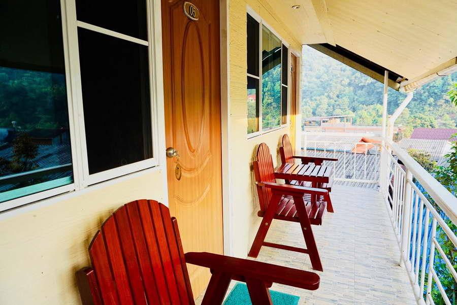 ระเบียงหน้าห้องพร้อมเก้าอี้นั่งเล่น - อีต่องโฮมสเตย์