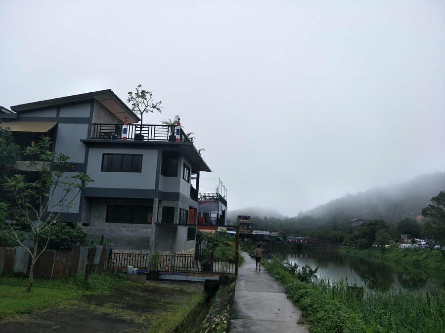 ตัวอาคารติดริมอ่างน้ำใจกลางหมู่บ้านอีต่อง - บ้านมหัตกีรติ ณ อีต่อง