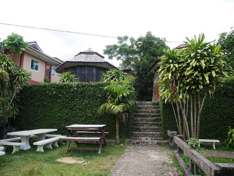 พื้นที่นั่งเล่นกลางสวนหย่อม - บ้านตอไม้ บ้านมีชื่น โฮมสเตย์
