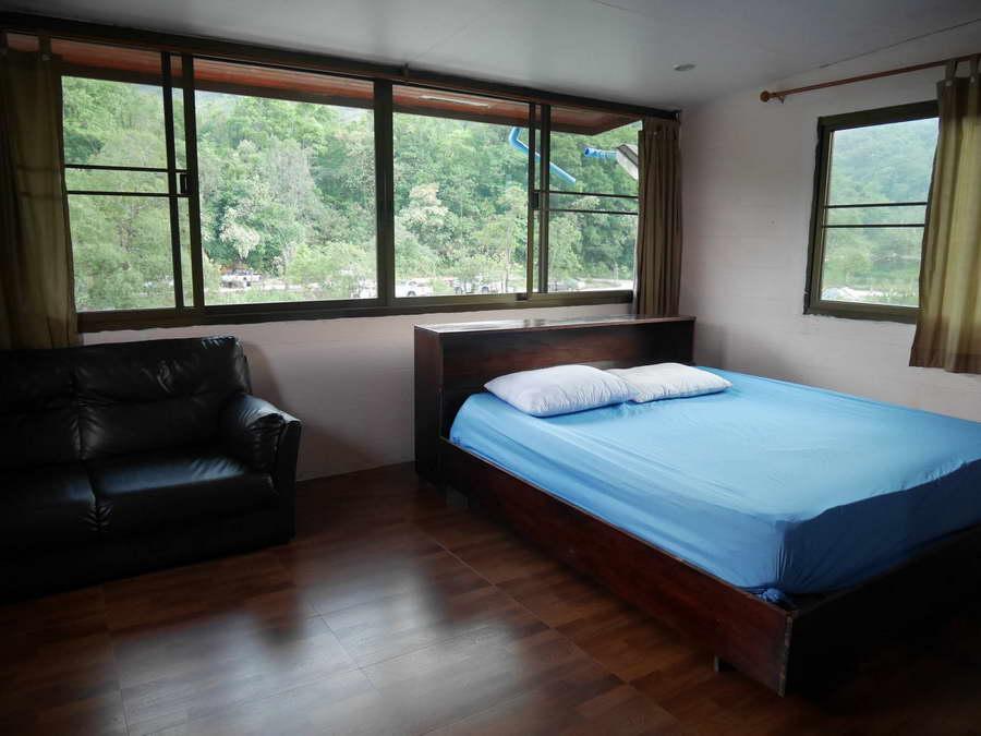 ห้องเตียงเดี่ยว - บ้านตอไม้ บ้านมีชื่น โฮมสเตย์