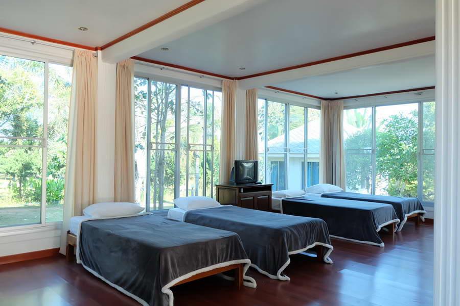 ภายในบ้านพักวิลล่า 4 เตียงเดี่ยว - รุ่งทิวา รีสอร์ท ภูเรือ