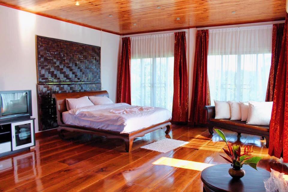 ภายในบ้านพักวิลล่า 1 เตียงคิงไซส์บนชั้น 2 พร้อมระเบียง - รุ่งทิวา รีสอร์ท ภูเรือ