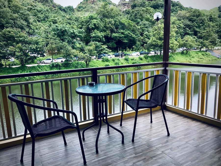 ระเบียงห้องสำหรับนั่งเล่นและชมวิวริมน้ำ - บ้านทานตะวัน โฮมสเตย์ ปิล็อก