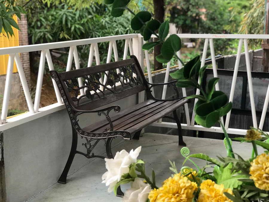 ระเบียงหลังห้องพร้อมเก้าอี้นั่งเล่น - เหมืองในหมอก โฮมสเตย์