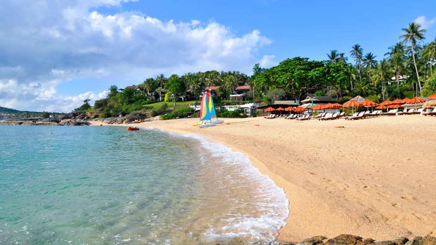 บรรยากาศริมชายหาดพร้อมอุปกรณ์สำหรับกิจกรรมทางน้ำ - โรงแรมบ้านท้องทราย