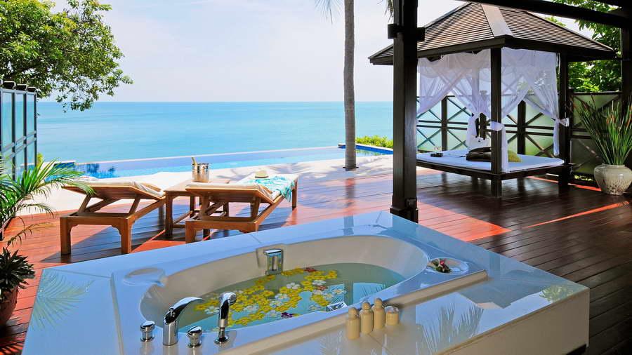 ระเบียงห้อง Seafront Pool Villa - โรงแรมบ้านท้องทราย