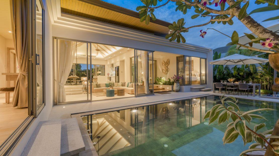 ห้องนั่งเล่นเชื่อมต่อกับสระว่ายน้ำเหมาะสำหรับปาร์ตี้ - บ้านใจ ภูเก็ต
