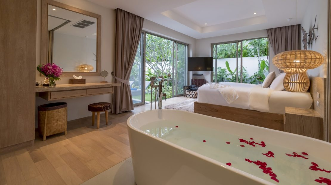 ห้องนอนพร้อมอ่างอาบน้ำสุดโรแมนติก - บ้านใจ ภูเก็ต