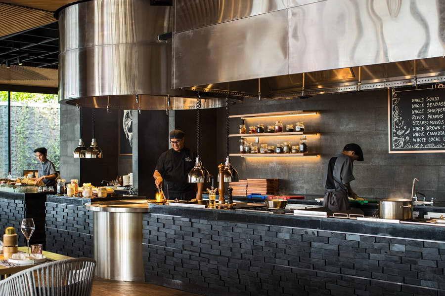 ร้าน Pebbles Bar and Grill แบบครัวเปิด - เรเนซองส์ พัทยา รีสอร์ท แอนด์ สปา